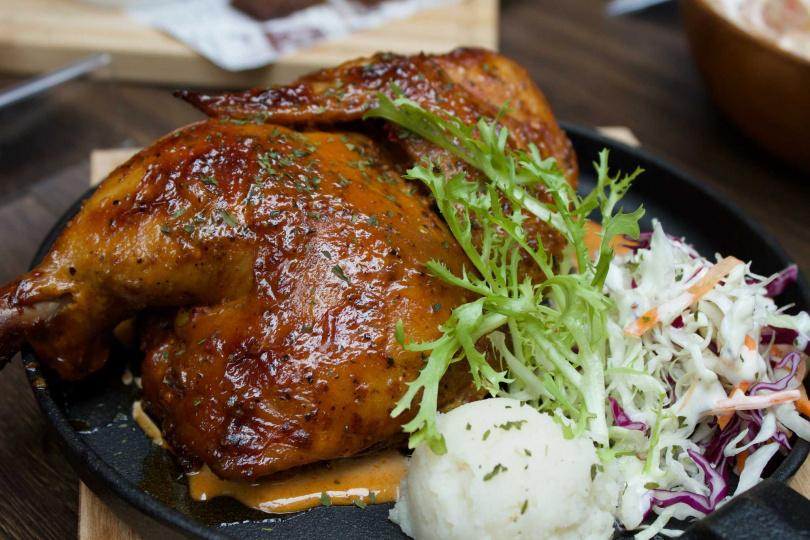 阿拉巴馬白醬烤半雞。(圖/ABV美式餐酒館提供)