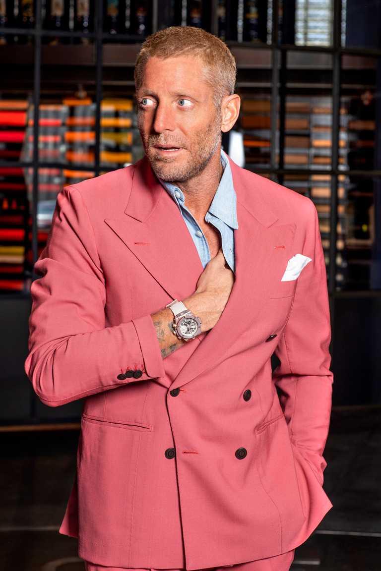 義大利設計工作室Garage Italia創辦人暨創意總監Lapo Elkann,為HUBLOT「Millennial Pink千禧粉」腕錶賦予嶄新藝術變革。(圖╱HUBLOT提供)