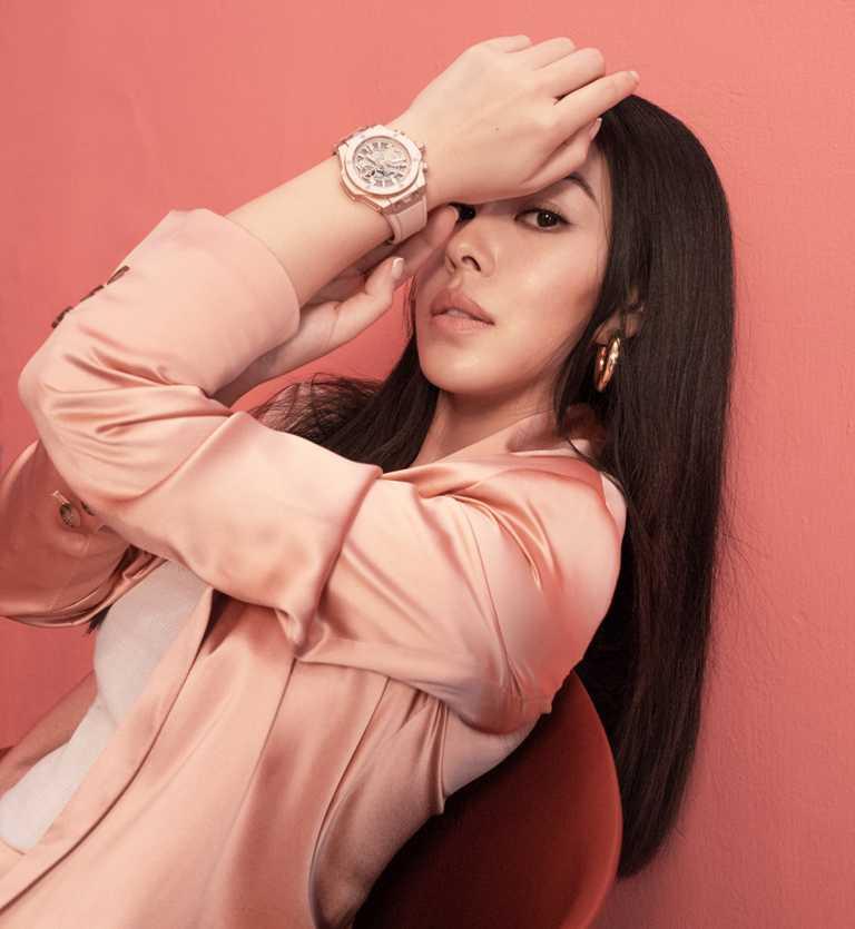 創作歌手蔡詩芸,佩戴HUBLOT「Big Bang千禧粉」腕錶,搭配粉色中性套裝,展現毫無設限的潮流態度。(圖╱ZENITH提供)