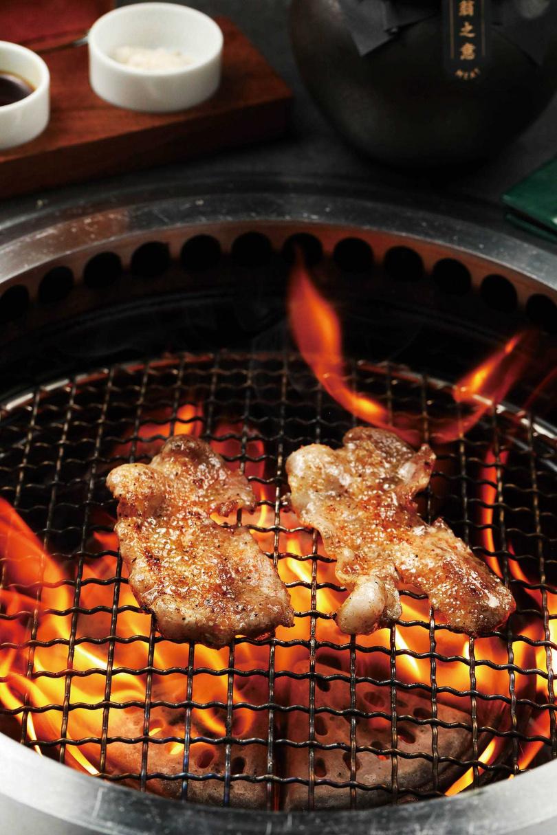 熟成14天的「Homemade Dry-Aged自家乾式熟成|豚五花」,肉味濃厚且帶有煙燻香氣。(320元)(圖/于魯光攝)