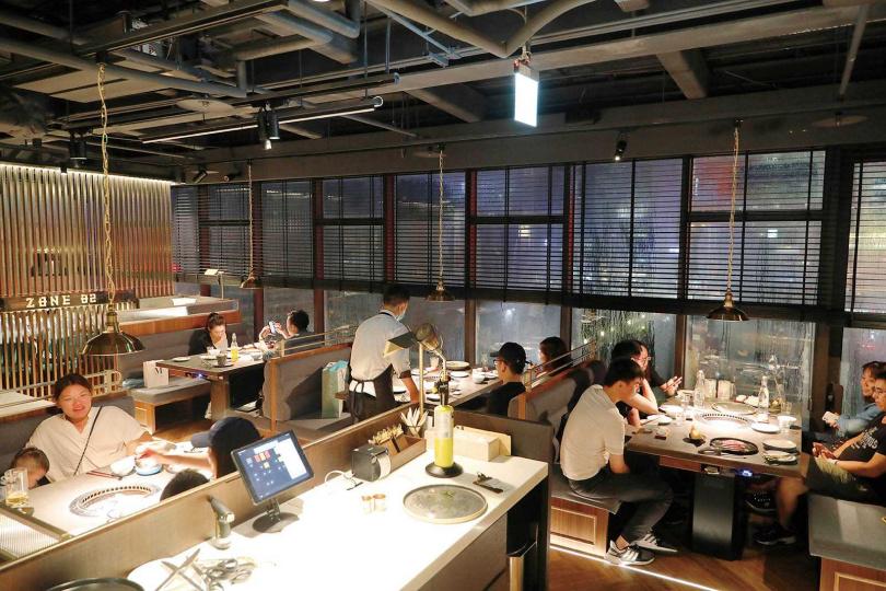 位於信義區高樓層的「燒肉中山ZONZEN YAKINIKU」,讓客人能邊烤肉邊坐擁市區日夜美景。(圖/于魯光攝)