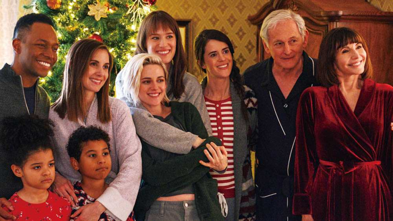 因為還沒向家人坦承同志身分,麥坎西戴維斯在家人面前和女友相處,感到相當彆扭。(圖/索尼影業提供)