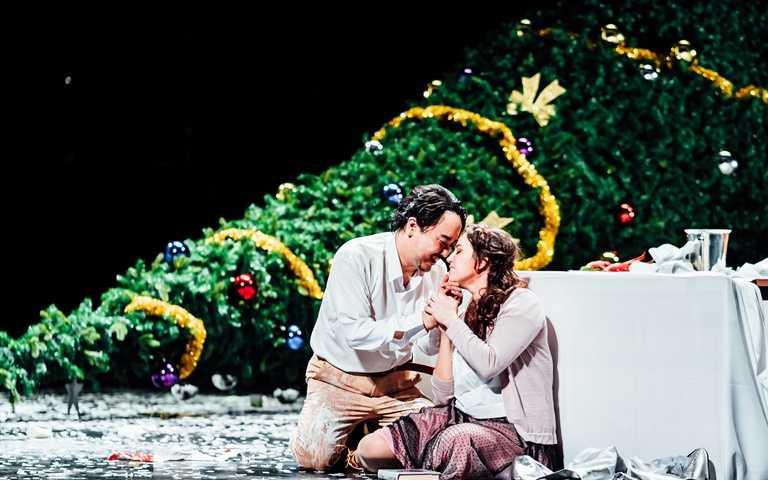 浦契尼以鮮明的人物性格、豐富的音樂語言,演繹4位年輕藝術家追求夢想的恣意不羈,以及兩段動人的愛情故事。