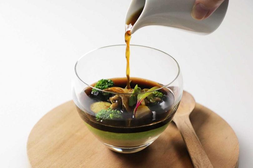 青花椰燉蛋蕈菇澄清湯、牛肝菌菇。(圖/台北亞都麗緻大飯店提供)