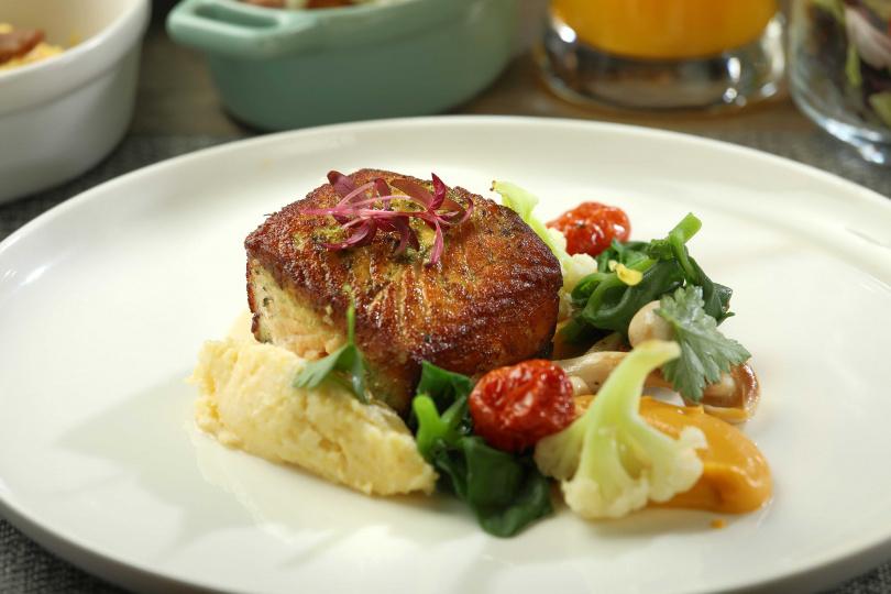 風味清雅的「乾煎時蘿鮭魚佐白酒檸檬奶油」是頗具人氣的早餐菜色。(圖/于魯光攝)