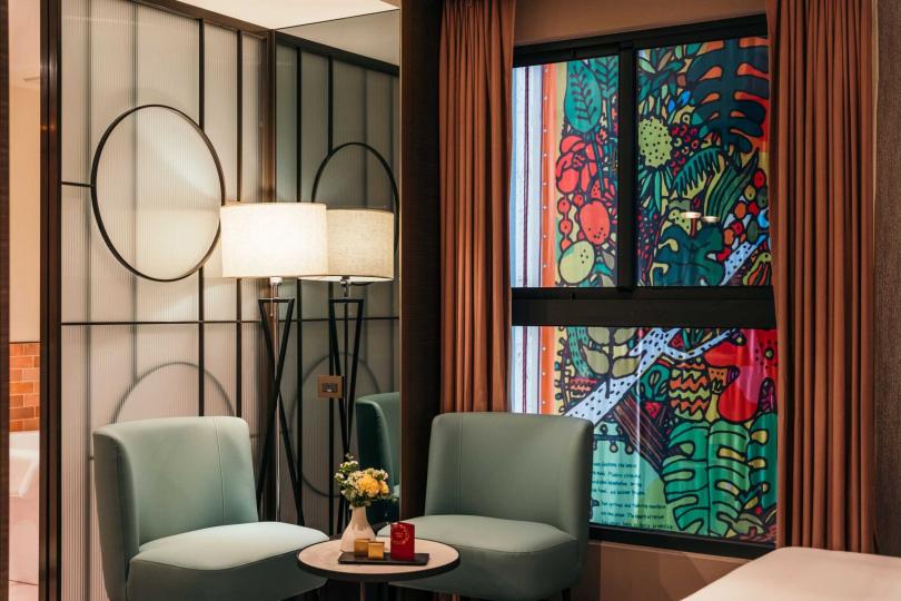 在部分房型繪有色彩鮮明的插畫,視覺相當搶眼。(圖/JÒHŌ HOTEL提供)