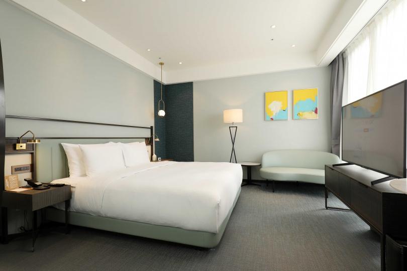 清新明亮的綠色系房間帶有「長壽」寓意,圖為「參多雙人市景房」。(圖/于魯光攝)