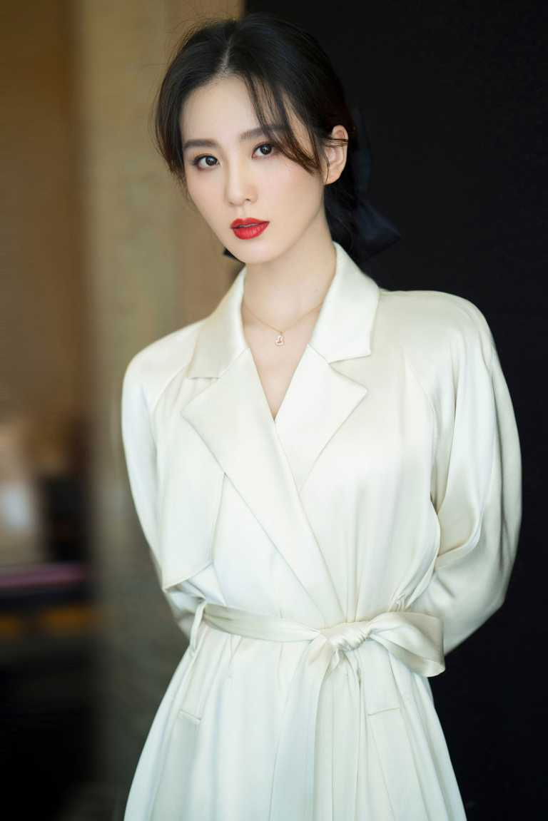 Qeelin品牌代言人劉詩詩,優雅佩戴「Wulu Legend」系列日常款式,18K玫瑰金鑽石紅寶石項鍊╱185,500元。(圖╱Qeelin提供)