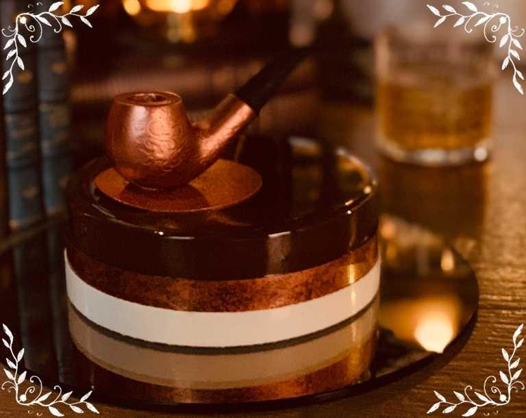 「哲學家老爸」以菸斗為造型,用巧克力蛋糕、榛果脆片為底,再抹上香濃的法式香草奶餡。