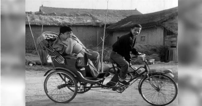 李行導演於1958年初次執導電影《王哥柳哥遊臺灣》就引起廣大迴響。(圖/國家電影中心提供)
