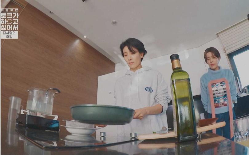 愛下廚的金瑞亨在節目上料理「橄欖油香蒜義大利麵」,讓主持人李棟旭、張度練大飽口福。(圖/friDay影音提供)