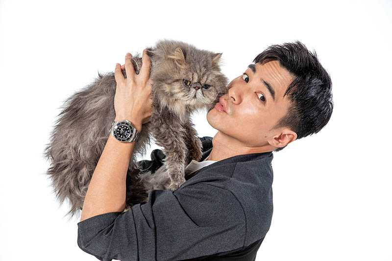 歐洛肥是比較會面對鏡頭的貓,是元介和他的互動感覺超萌。(圖/彭子桓攝)