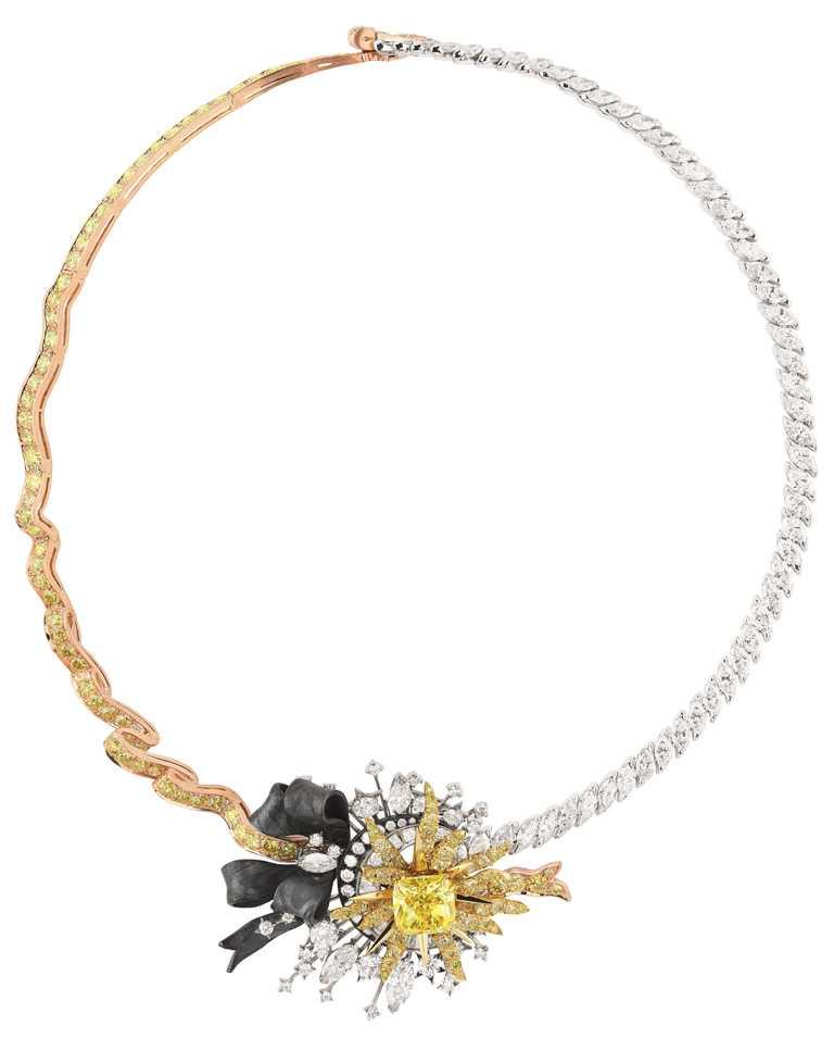 Dior「Salon d'Apollon」鑽石項鍊,鑲嵌5.12克拉枕型切割黃鑽,為本次展覽最高單價作品。(圖╱Dior提供)
