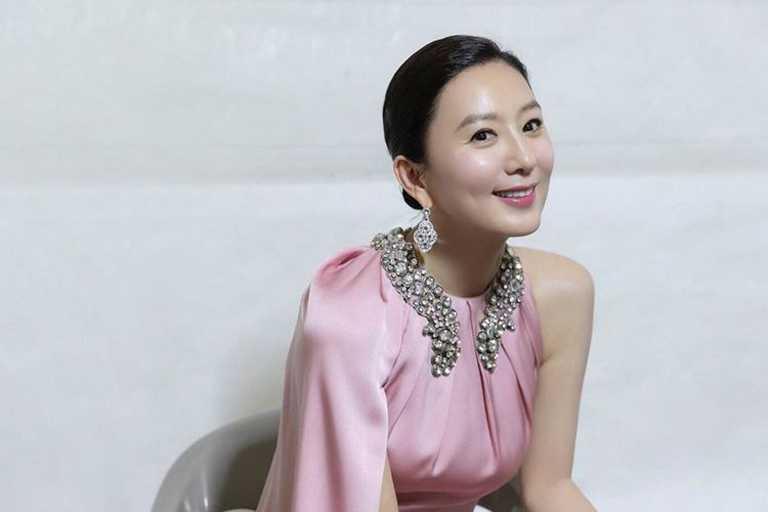韓國演員金喜愛,佩戴卡地亞珠寶,喜獲第56屆「百想藝術大賞」最佳女演員獎。(圖╱取自IG)