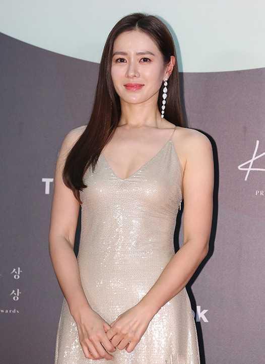 韓國演員孫藝珍,佩戴BOUCHERON「Serpent Bohème系列」高級珠寶出席典禮。(圖╱取自網路)