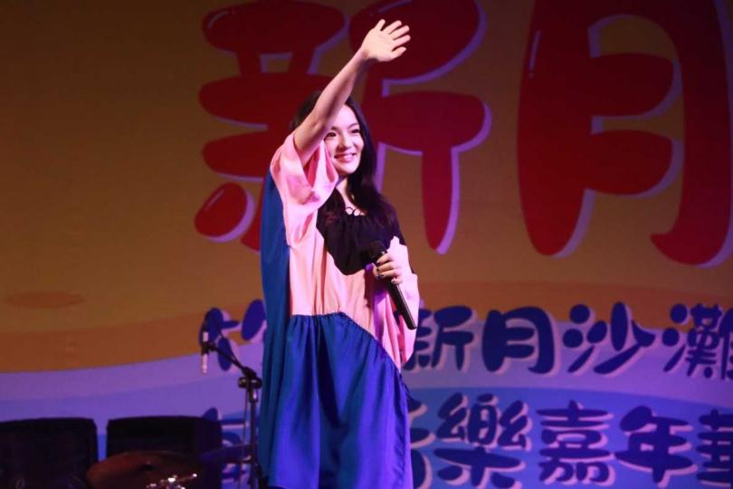 徐佳瑩25日參加竹北新月沙灘海洋音樂嘉年華,身穿寬鬆衣服的她照常演出,還看不出懷孕跡象。(圖/中視提供)