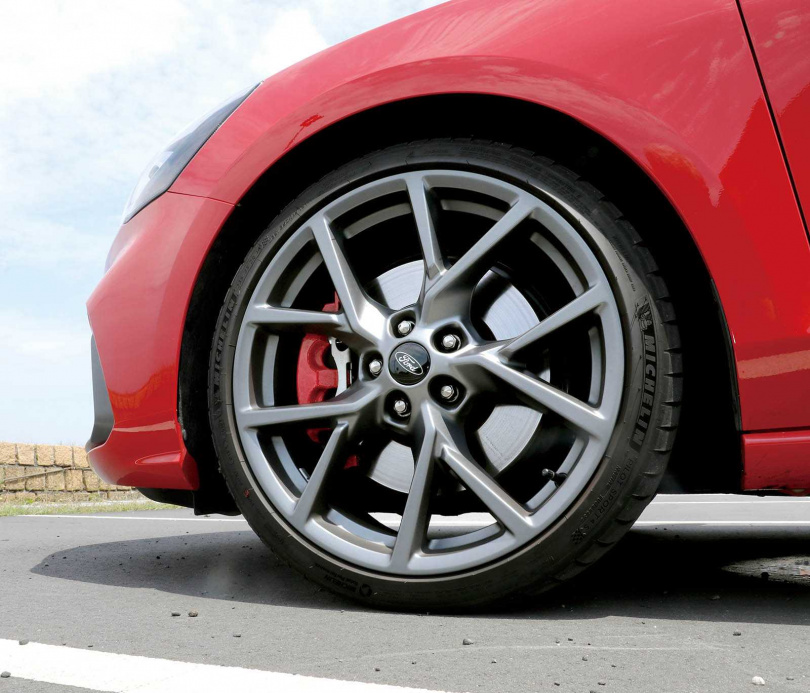 採用霧黑輕量化鋁圈,輪胎規格為235/35/R19,原廠極配置Michelin Pilot Sport 4S的性能跑胎。(圖/王永泰攝)