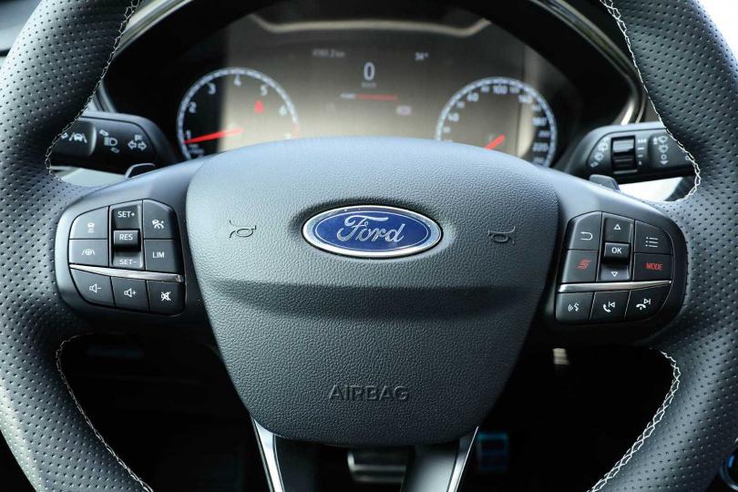 方向盤的左側為車輛輔助系統按鍵,右側為多媒體按鍵,其中紅色「S」及「Mode」鍵則是調整駕駛模式。(圖/王永泰攝)
