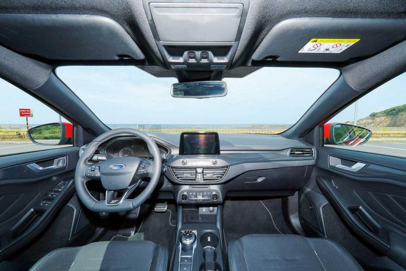 內裝配置與Focus大致相同,不過碳纖維飾板與賽車座椅增添不少戰鬥氣息。(圖/王永泰攝)
