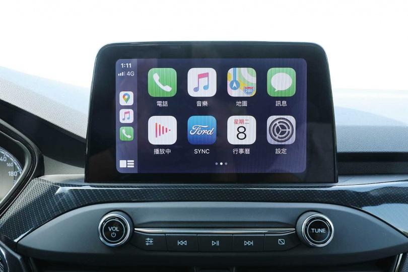 中控車機的8吋LCD螢幕除配置原廠中文導航,也支援Apple Carplay及Android Auto連線。(圖/王永泰攝)