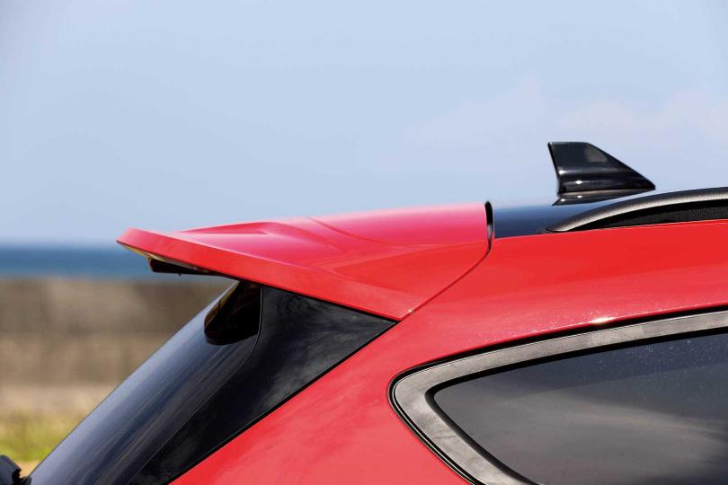 D柱上方以長尾翼延伸,輔以黑色鯊魚鰭天線點綴,增加不少流線感。(圖/王永泰攝)