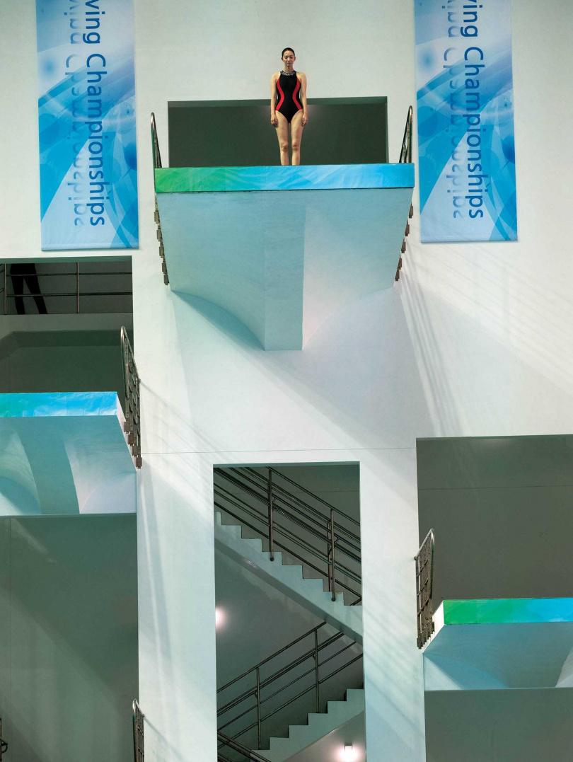 懼高的申敏兒,接受密集跳水訓練,須從平面開始練習落水,一步步克服心魔站上跳台。(圖/翻攝自hancinema)