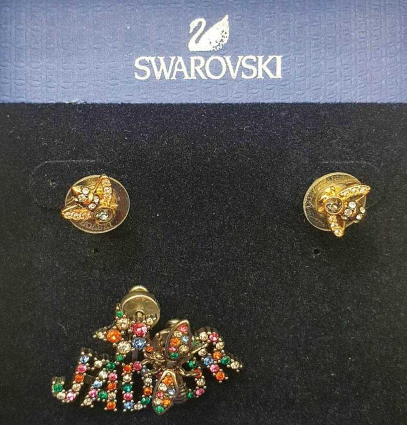 SWAROVSKI 蜜蜂耳環(朋友贈送)(上) DIOR J'ADIOR耳環/14,000元(下)(攝影/彭子桓)