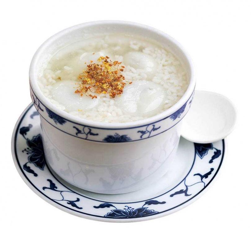 熱呼呼的湯圓配上酒釀湯,口感溫潤又滋補。(酒釀芝麻湯圓90元)(圖/林士傑攝)