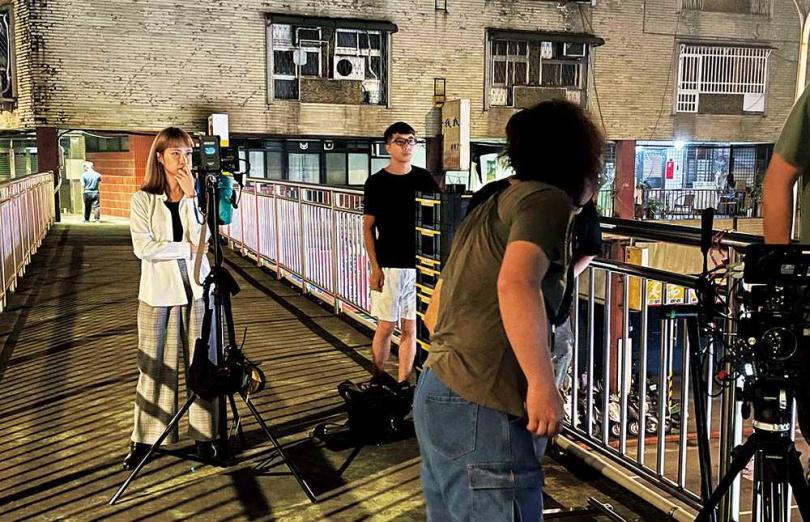 在「學長映像」擔任監製與表演指導的黃云歆,工作時相當專注。(圖/黃云歆提供)