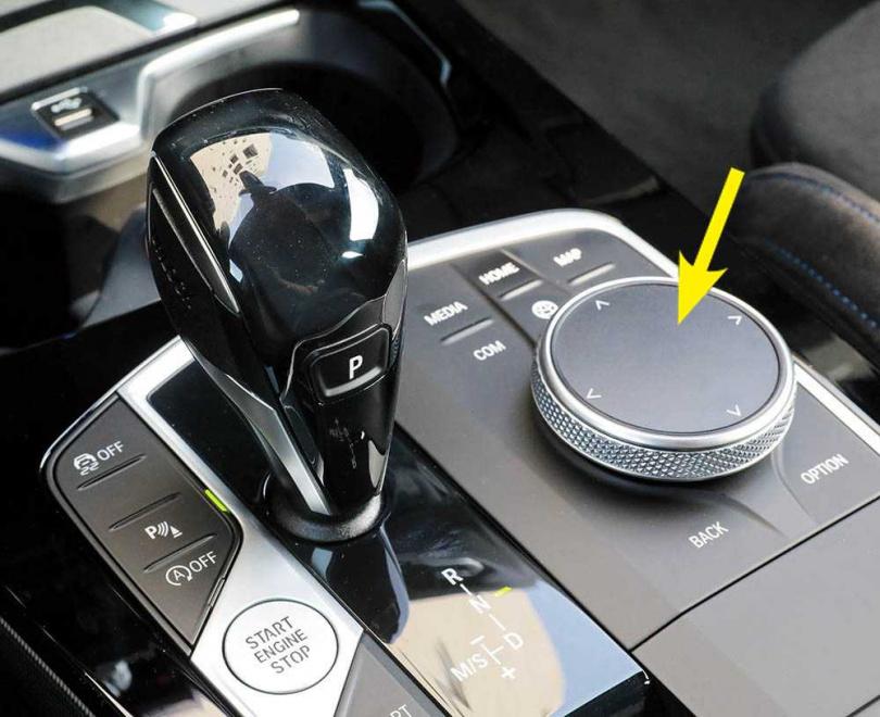 搭配7速雙離合器手自排變速箱,排檔桿旁的旋鈕(箭頭處)用來控制中控螢幕。(圖/馬景平攝)