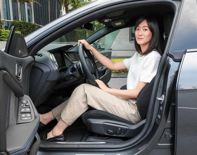 前座的賽車座椅包覆性佳;真皮M款方向盤握感很好。(圖/馬景平攝)