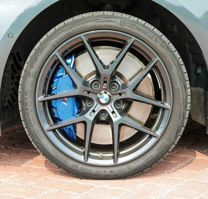 標配M款18吋專屬鋁圈,M款煞車卡鉗則是藍色塗裝。(圖/馬景平攝)