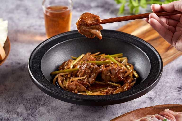 私房酒香花雕雞鍋在鍋底加入濃郁的花雕雞為一大特色。(359元起)
