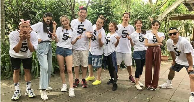 「綜藝玩很大」團隊一同穿上五週年紀念T恤比賽。(圖/好看娛樂提供)