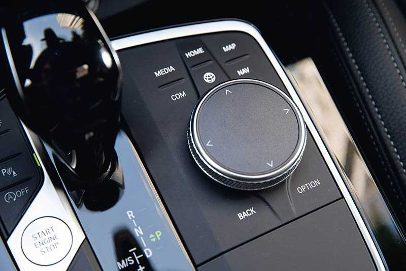 iDrive旋鈕的造型充滿科技感。(圖/黃耀徵攝)