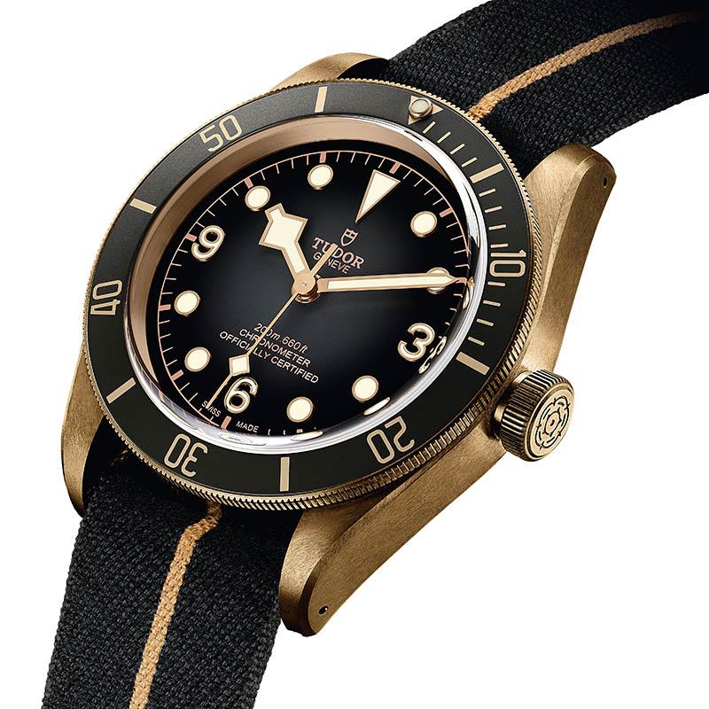 TUDOR Black Bay Bronze,錶殼:青銅材質/錶徑43mm,機芯:MT5601自動上鍊/振頻每小時28,800次/儲能70小時/天文台認證,功能:大三針,防水:200米,定價:121,300元。