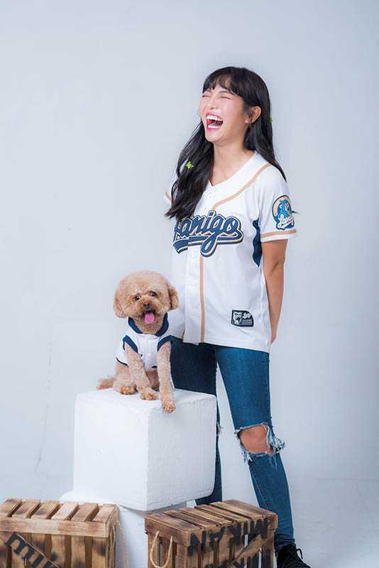 模樣可愛討喜的阿龐哺,曾受粉絲邀請拍攝寵物寫真,何美也樂當狗兒子的配角。(圖/酷瞧提供)