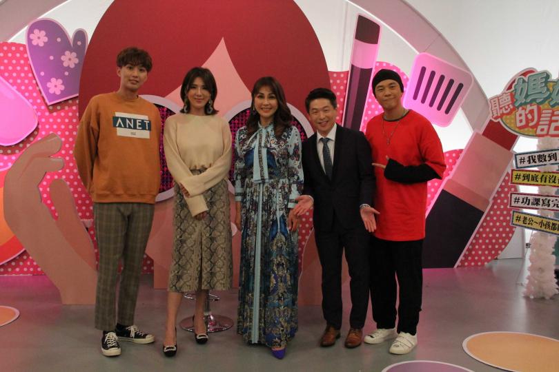 阿Ben(右起)、王宏哲、梁佑南上小禎、高興所主持《聽媽媽的話》節目。(圖/年代MUCH提供)