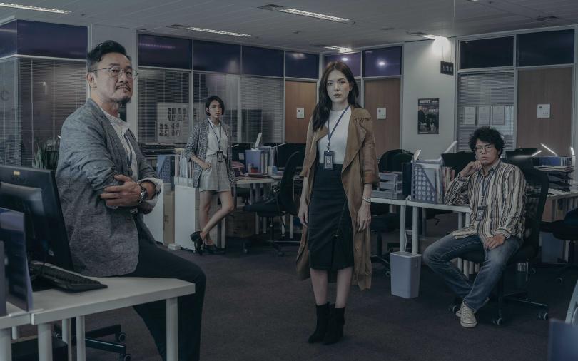 許瑋甯扮演態度強勢的報社資深記者,向上爭取飾演主管的陳為民青睞,向下打擊林意箴飾演的同事。(圖/Netflix提供)