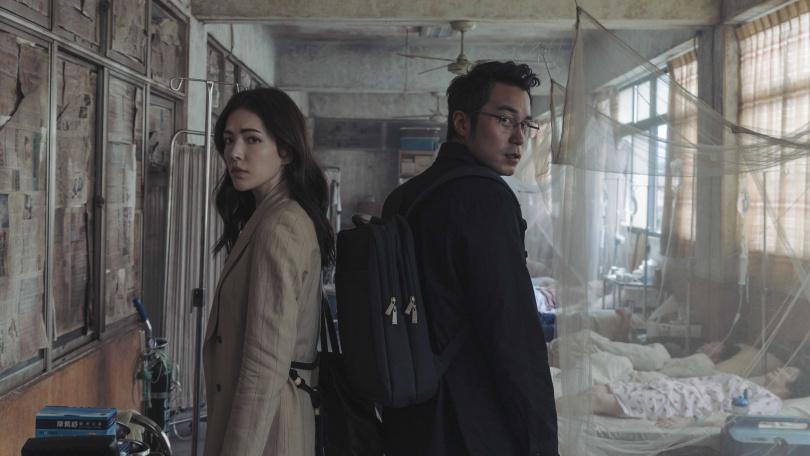 張孝全與許瑋甯在劇中組成另類拍檔。(圖/Netflix提供)