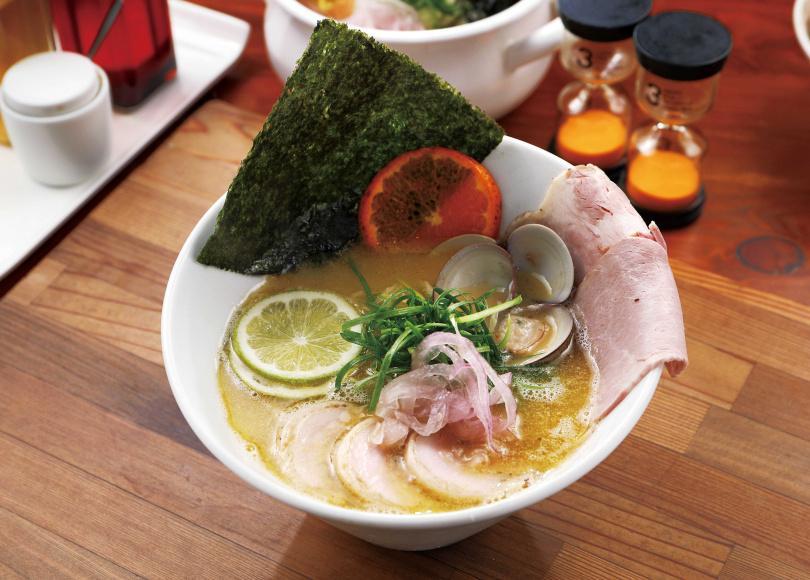 「雞白湯柑橘蛤蜊拉麵」加入柑橘與檸檬中和解膩,能喝到清甜鮮嫩的雞肉味與蛤蜊精華。(260元)(圖/于魯光攝)