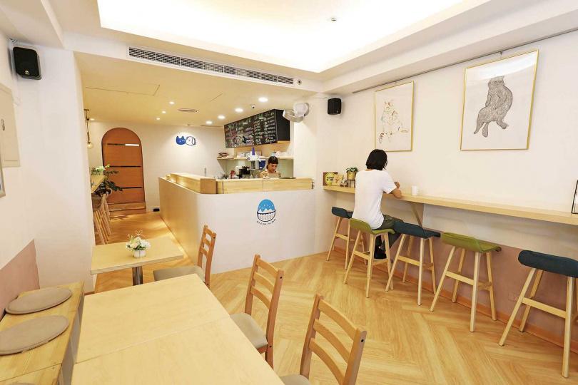 店內設計採木質調的「貓狗冰室」,十足文青風。(圖/于魯光攝)