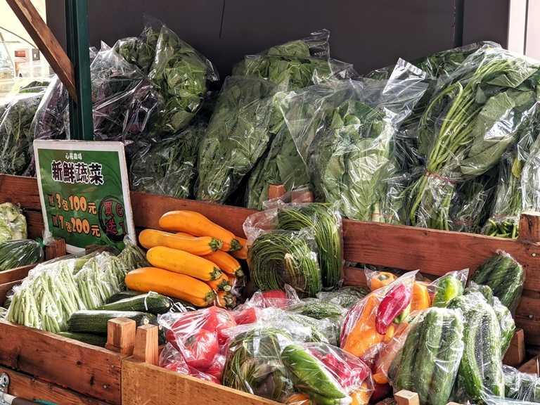 金典綠園道「戶外市仔」攤車市集,心苑農場每日提供新鮮蔬果。