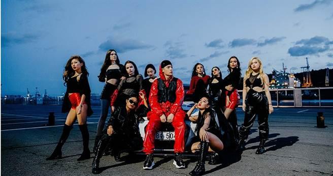 周湯豪為新歌MV找來10位辣模一同入鏡。(圖/索尼提供)