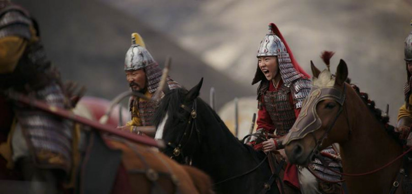 劉亦菲化身女英雄在電影《花木蘭》中有許多武打動作,場片唯美浩大。(圖/翻攝自迪士尼電影微博)