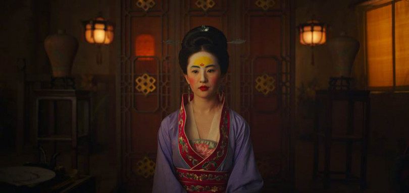 劉亦菲在電影《花木蘭》中神還原動畫版「唐代仕女」的妝容。(圖/翻攝自迪士尼電影微博)