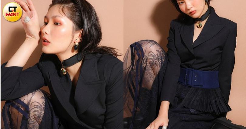 Chloe Jacket西裝外套/價格未定、Chloe Belt腰封/價格未定、Chloe Lace Skirt過膝裙/價格未定、Chloe Pendant Chocker頸鍊/價格未定、Bottega Veneta Boots中筒靴/32,000元、Bottega Veneta Ring in Sliver戒子/14,400元、DiorBeetle Charm Dior Tribales Antique Gold Finish Earrings耳環/約14,000元。(圖/戴世平 攝)
