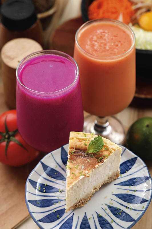 現打豆奶有木瓜、火龍果等季節口味(110元)。檸檬重乳酪蛋糕也是必嘗(140元)。(圖/于魯光攝)