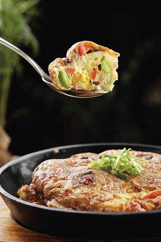 「西班牙蔬食烘蛋」樂活雞蛋與蔬食交融成暖心菜餚(260元)。(圖/于魯光攝)