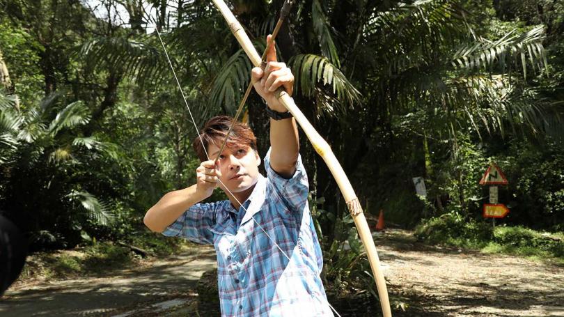 廖科溢試射布農族傳統的弓箭。(圖/亞洲旅遊台提供)